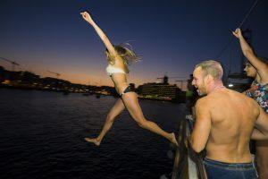 vacanze-a-malta-boat-party-ragazza che si tuffa