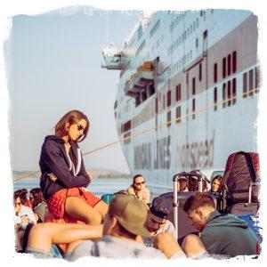 gruppo dei viaggi giovani a zante FUN! mentre attende la nave durante un viaggio evento FUN!