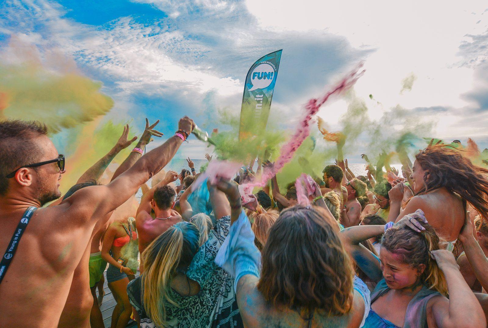 vacanze-per-giovani-salento-tanta gente all'holi-party-spiaggia