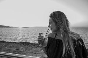 vacaze-a-malta-caf-del-mar-ragazza-in terrazza