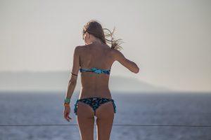 vacaze-a-malta-cafè-del-mar-ragazza-bellissima in terrazza