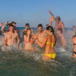 viaggi-giovani-salento-beach-party-bagno di gruppo
