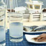 Immagine di un tipico aperitivo greco con ouzo durante le Vacanze a Corfù FUN! - Viaggi Giovani