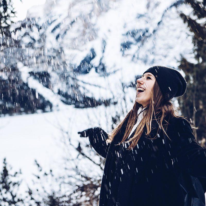 Viaggio al Lago di Carezza e Bolzano - ragazza sotto la neve