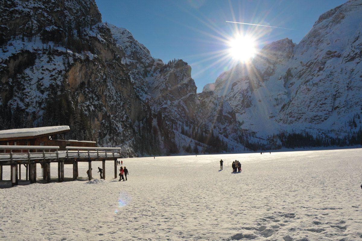 inverno al lago di Braies ghiacciato