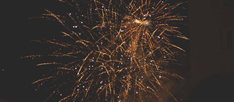 vacanze di capodanno-a-innsbruck-low-cost-giovani-fuochi-d-artificio